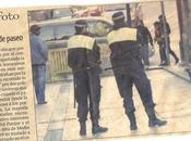 Pavo real escoltado policía (real)