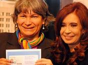 Transexuales Argentina reciben nuevas identificaciones oficiales manos Cristina Fernández