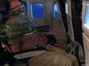 Pasajeros avión amordazan borracho