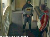 Batman entrega delincuente comisaría, pero vida real