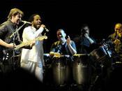 Juanes canta inglés, rinde honor Marley