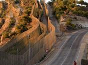 Unos inmigrantes logran entrar Melilla tras pasar doble valla