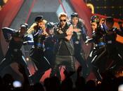 Justin Bieber, entre abucheos, monos besos
