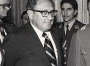Confrontado Henry Kissinger periodista sobre crímenes contra humanidad video]