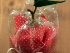Reciclando botellas plástico: manzana portaregalo