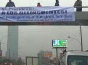Aparecen pancartas criticando armas fuego para civiles