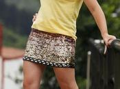 Look falda lentejuelas doradas camiseta amarilla