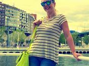 Moda: Look camiseta rayas marinera, vaqueros rotos bolso fluor