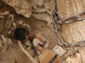 Encadena hijo ciego discapacidad mental cueva China