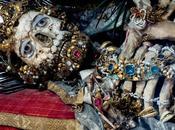 Increíbles restos humanos santos adornados joyas.