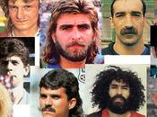 Cómo jugador joven, calvo, melenudo bigote triunfar intento