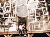 pareja abandona trabajo para construirse casa hecha ventanas recicladas