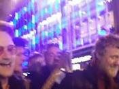 Bono Glen Hansard cantan villancicos calles Dublín