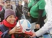 Político cerebro regala balón niño piernas