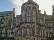 Universidad Glasgow mano niño