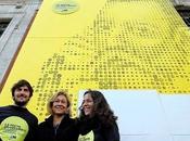 Cientos madrileños crean mural gigante 'post-it' rostro Cervantes Puerta