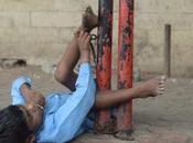 Niño parálisis cerebral atado poste parada autobús abuela mientras hace ventas