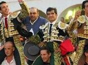 tres toreros salieron hombros junto mayoral representante ganadería Almadén