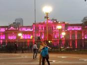 Noche Invierno Buenos Aires, caminando plaza histórica.