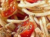 Espaguetis bonito sobre dulce cebollas pimientos. Nutrición recetas