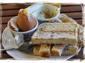 Soldaditos mantequilla anchoa para mojar unos huevos pasados agua