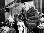 mágica mujer daba comer palomas