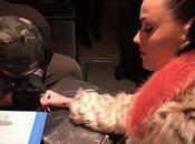 Katy Perry tatúa para recordar actuación Super Bowl