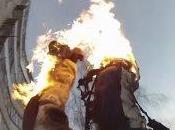 ruso loco prende llamas salta edificio (VIDEO)