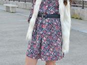 look: vestido paramecios, chaleco pelo bolso flecos