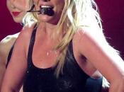 Britney Spears lesiona tobillo durante show