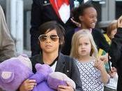 Angelia Jolie Brad Pitt junto hijos viajan clase turista