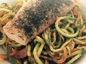 Spaghetti verduras pesto salmón