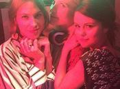 Selena Gomez junto Cara Delevigne, curioseando