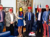 PPadrinos: Retrato media verdad difundida bombo, platillo trombón varas