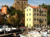 Muggia antiguo pueblo pescadores donde mezclan ambiente social cafés tiendas locales.
