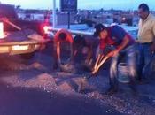 Ciudadanos ponen ejemplo autoridad tapan baches Carretera
