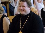 Rusia. Sacerdote iglesia ortodoxa sale armario.
