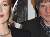 Kate Moss brazos 'yogurín' trece años