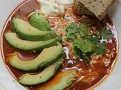 Sopa mexicana especiada, pollo, aguacate queso