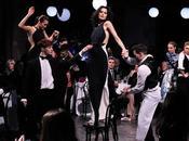 Banca coreografía para moda, mientras cosecha éxitos obra Robot