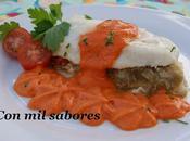 Lomos merluza rellenos verduras salsa pimientos rojos