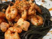 """Espaghettis """"nero sepia"""" acompañado salmon langostinos chile, tomate fresco, pimenton, vino blanco cilantro"""