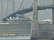 Barco pasa bajo puente holgura
