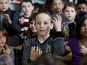 Clase entera aprende lengua signos para comunicarse companero sordo