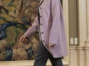 """Dña. Letizia """"pilla punto"""" abrigo rosa Hugo Boss"""