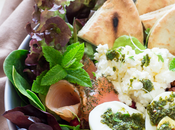 Ensalada espinacas, salmón ahumado garbanzos especiados salsa chimichurri tahini