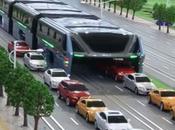 Nuevo autobús China pasa encima carros