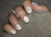 Diseño uñas blanco dorado para