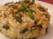 Risotto verduras espárragos silvestres azafrán. alle verdure asparagis allo zafferano