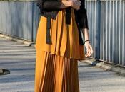 vestido naranaja plisado capas